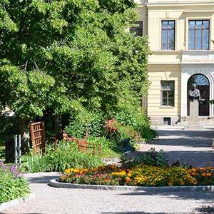 Läroverksparken framför Kristinegymnasiet.
