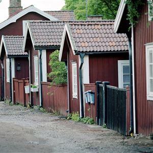 Stadsdelen Elsborg, rödmålade äldre hus står tätt på rad.