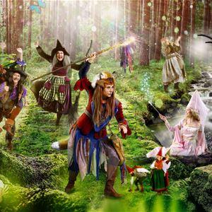Dansande sagofigurer i trollskogen.