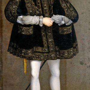 Gustav Vasa i helfigur med svart kappa med broderade detaljer.