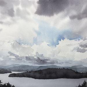 © Cristina Pérez-Selkman, Akvarellmålning med  sjö, berg och moln.