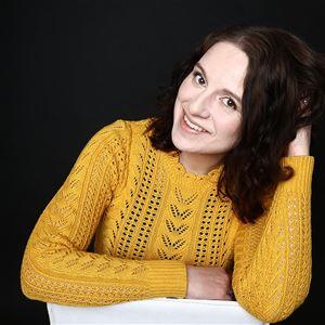Heidi Baier, kvinna i mörkt hår med gul tröja.