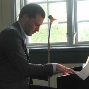 Magnus Jabopson spelar piano.