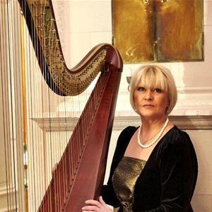 © Copy: https://www.svenskakyrkan.se/frososunnenordero/med-harpa-genom-tiderna , Blond kvinna vid harpa