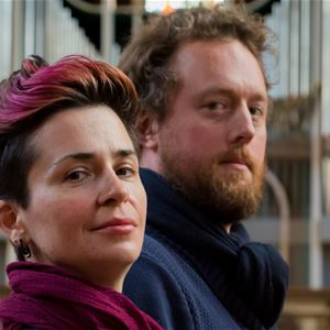 © Copy: https://www.svenskakyrkan.se/frososunnenordero/mozart-4x4 , Man och kvinna tittandes åt sidan