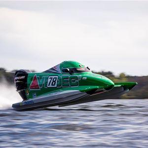 Formel 4 båt som åker nästintill ovanför vattenytan.