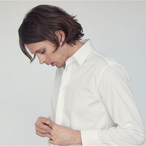 Albin Lee Meldau, kille i svarta byxor och vit skjorta.