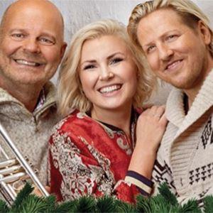 Tre personer leende med instrument