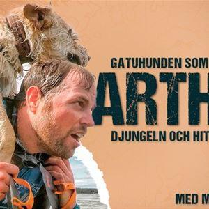 © Copy: https://www.atikko.se/event/mikael-lindnord-arthur-19-okt-2021-ostersund-1254/ , Man med hund på ryggen