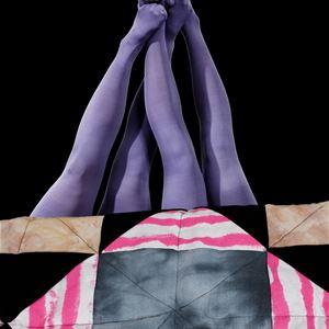 © RES, Två par kvinnoben som har fötterna mot varandra, tyg i olika mönster i förgrunden.