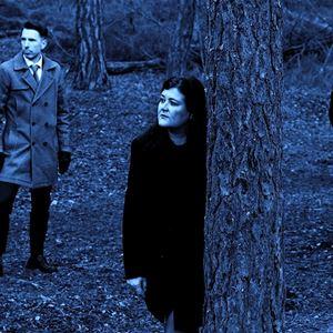 © Copy: http://www.jazzijemtland.se/program/maria-kvist-trio-j%C3%A4mtlandss%C3%A5ngerna-45528262 , Tre personer i blått ljus