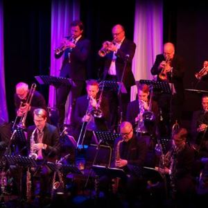 © Copy: http://www.jazzijemtland.se/program/stockholm-jazz-orchestra-g%C3%B6ran-strandberg-45453761 , Orkester med blåsinstrument