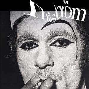 En svartvit bild på en man som är starkt sminkad, mannen röker en cigarett, Thåström står skrivet med vita kokstäver.