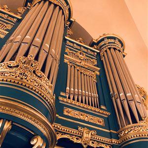 © Anna Kjellin, Läktarorgeln i Falu Kristine kyrka, detaljer i blått och guld.