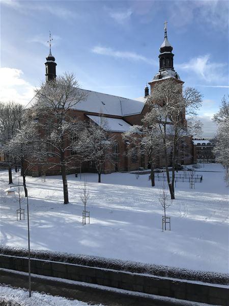 Falu Kristine kyrka, en tegelkyrka med två flyglar, bilden tagen på vintern.