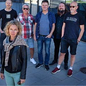 Medverkande i evenemanget står uppradade med Ebba Forsberg i förgrunden.