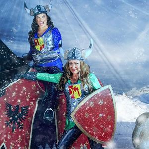 Vikingar på häst och till fots i snön.