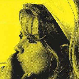 En tjej med ljust hårband med en cigarett i handen.