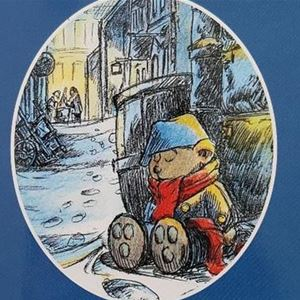 Omslaget på Teddybjörnen Fredriksson Jakten på Silverhåven där teddybjörnen sitter lutat mot en staty.