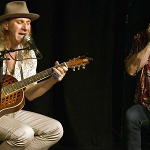 Brian och Christer spelar gitarr och munspel.