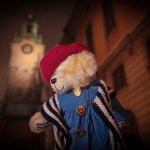 Teddybjörnen Fredriksson med kyrktorn i bakgrunden.