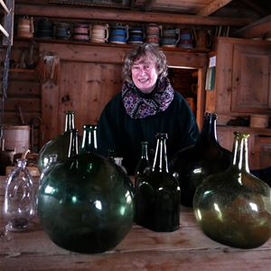 © Privat, Karin Wennberg bakom gröna glasvaser.