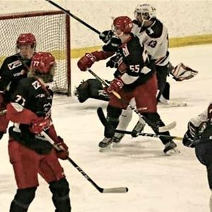 © Tina R, Flera hockeyspelare som spelar intill ett mål.