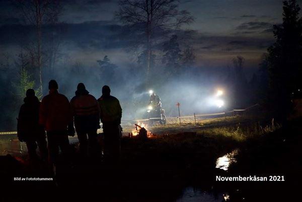 Fotototummen , endurotävling. publik tittar på tävling under natten.