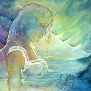 © Maria Nil Imre , En målning föreställande en kvinna i vitt linne, hon håller något i handen, berg och vatten omger kvinnan, ett ljus lyser på henne.