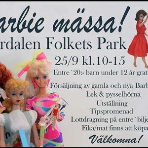 Affisch, Barbiemässa, informationstext om evenemanget, tre barbiedockor i nedersta vänstra hörnet, Barbie och Ken som dansar i översta högra hörnet.