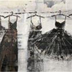 En svart vit målning föreställande klänningar i olika modeller som hänger på galgar på en lina.