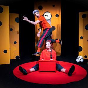Dragan Popovic, bild från föreställningen fånga tiden med 2 skådespelare i en gulprickig scenografi