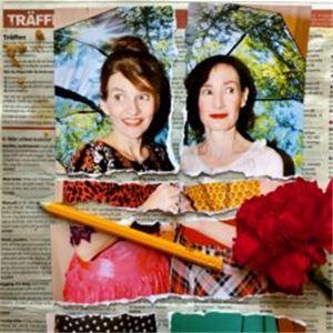 Ett uppslag ur en tidning som visar två kvinnor, bilden är riven i flera delar men ihopsatt igen, en blomma och en gul blyertspenna ligger på urklippet.