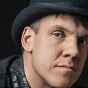 En amn med en svart hatt på huvudet.