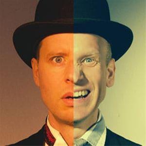 En man i svart hatt, bilden är delad på mitten, på den ena halvan ser mannen rädd ut och på den andra skrattar han.
