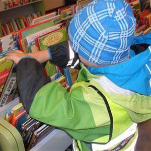 Barn bläddrar bland böcker