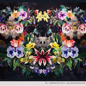 © Inger Johanne Rasmussen, Blommor på svart tyg..