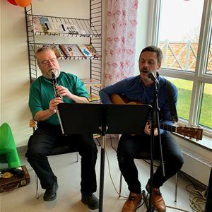 Sjung med gung! Kulturskolan sjunger och musicerar på öppna förskolan.