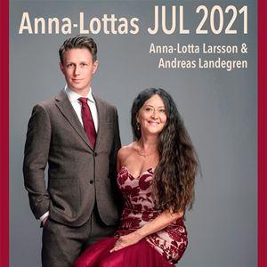 © Thron Ullberg, Anna-Lotta Larsson sitter i röd klänning bredvid Andreas Landegren  som står klädd i grå-brun kostym med röd slips.