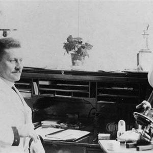 Högbo sanatorium, en svartvit bild, tre sjuksköterskor i sköterskeuniformer och en läkare i vit rock.