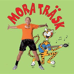 En man som hoppar och sträcker ut sina armer och en målad tider står med en gitarr bredvid.
