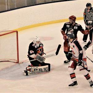 © Tina R, Flera hockeyspelare på isen.