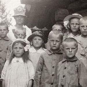 Gammalt foto på en samling barn.