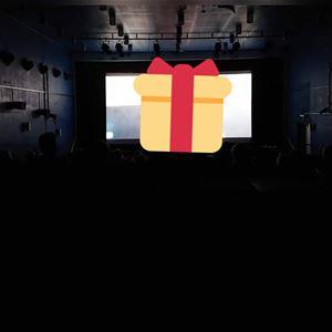 © Sandra, Ett mörkt rum med lite ljusinsläpp från ett fönster, i mitten av bilden ett tecknat gult paket med ett rött snöre.