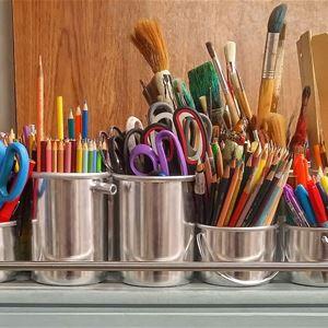 Rostfria runda burkar i olika storlek, i burkarna står pyssel material, pennor, saxar, penslar m m.