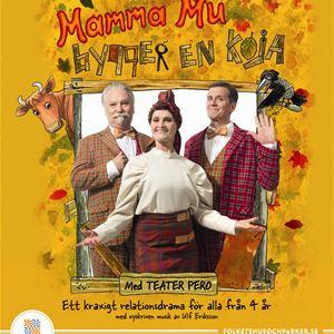 En affisch med orange bakgrund, text Mamma Mu bygger en koja, i mitten två män och en kvinna, Mamma Mu och Kråkan på var sin sida.