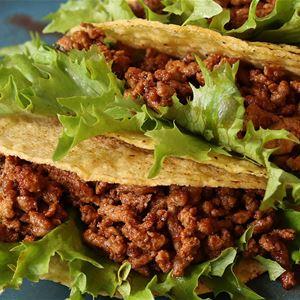 © Copy: Jamtli, Tre tacoskal med köttfärs och sallad på en tallrik