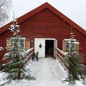 en röd liten stuga med via dörrar.