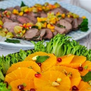 Mat som är upplagt fint på ett serveringsfat.