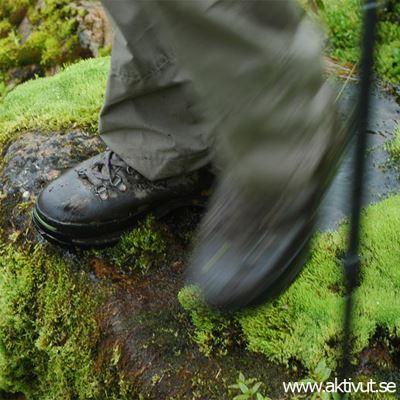 Foto: Aktiv ut,  © Copy: Aktiv ut, Kängor som går på en grön mossbelagd sten.